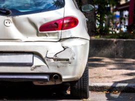 Pojazdy poruszające się po drogach muszą być poddawane okresowym badaniom technicznym, które należy wykonywać raz w roku. Dla nowych pojazdów takie badanie przeprowadza się przed upływem 3 lat od dnia pierwszej rejestracji, następnie przed upływem 5 lat od dnia pierwszej rejestracji i nie później niż 2 lata od dnia przeprowadzenia poprzedniego badania technicznego, a następnie przed upływem kolejnego roku od dnia przeprowadzenia badania. Jeśli samochód ma instalację gazową, kontrolę przeprowadza się corocznie. Brak badania technicznego W przypadku braku badania technicznego pojazdu, zgodnie z Kodeksem wykroczeń nasz dowód rejestracyjny zostanie zatrzymany, a także możemy otrzymać mandat karny w wysokości od 20 do nawet 500 złotych. Sytuacja komplikuje się, gdy nasz pojazd bierze udział w kolizji lub wypadku. Odszkodowanie z OC Obowiązkowe ubezpieczenie OC gwarantuje ubezpieczonemu, że gdy ten spowoduje kolizję, to mimo braku badania technicznego odszkodowanie z OC sprawcy zostanie wypłacone poszkodowanemu. Brak badania technicznego nie stanowi więc przeszkody do likwidacji szkody przez Towarzystwo Ubezpieczeń. Z punktu widzenia poszkodowanego to bardzo ważna informacja, ponieważ co do zasady uzyska on należne mu świadczenia bez większych komplikacji. Jednakże, w przypadku, gdy ubezpieczyciel udowodni sprawcy, że zły stan techniczny pojazdu przyczynił się do powstania szkody, wówczas ubezpieczyciel może rościć sobie prawo do zwrotu należności od sprawcy (ubezpieczonego) na podstawie prawa regresu. W następstwie tego trzeba liczyć się z wysokimi kosztami, nie tylko kiedy zostanie uszkodzony pojazd, ale również jeśli w wypadku ucierpią ludzie i np. dojdzie kwestia wypłacenia dożywotniej renty na rzecz poszkodowanego. Odszkodowanie z AC Polisa autocasco nie zawsze gwarantuje wypłatę odszkodowania. Dlatego też istotnym jest, aby przed zawarciem polisy zapoznać się z Ogólnymi Warunkami Ubezpieczenia i zwrócić uwagę na ich zakres. Od ich kontekstu zależy postępowanie ubezp